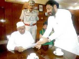गोपाल कांडा ने मुख्यमंत्री हुड्डा को दिखाया ठेंगा