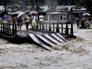 PICS: असम में बाढ़ से 4.65 लाख लोग प्रभावित