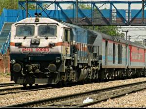 कानपुर आउटर पर खड़ी तीन ट्रेनों में चाकू की नोंक पर लूटपाट