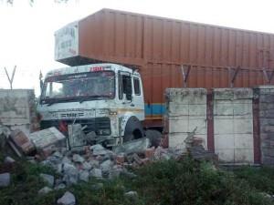 ITBP हेडक्वार्टर की दीवार से टकराया संदिग्ध ट्रक, मचा हड़कंप