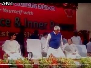 VIDEO: जब नीतीश कुमार की कुर्सी पर जा बैठे लालू यादव, फिर हुआ गलती का एहसास और...