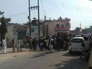 सरधना में मतदान के बाद पथराव, संगीत सोम को पुलिस ने निकाला