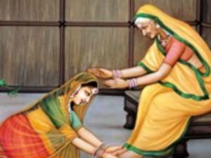 'महिलाएं दोनों हाथों से क्यों करती हैं चरण स्पर्श'