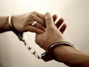 फेसबुकिया प्यार: हाथों में हथकड़ी लगाए लड़के ने लिए जेल भिजवानी वाली लड़की संग फेरे