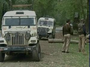 कश्मीर: आतंकियों ने पुलिस से पांच रायफलें छीनीं