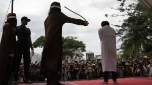इंडोनेशिया: समलैंगिकता के आरोप में सरेआम कोड़े