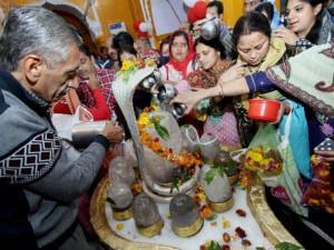 धार्मिक ही नहीं वैज्ञानिक महत्व भी रखता है शिव का अभिषेक
