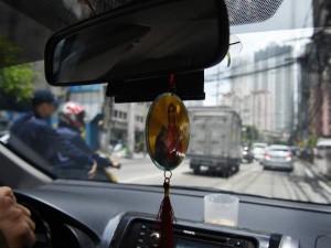 कार के डैशबोर्ड पर धार्मिक फोटो लटकाने पर रोक, जानें कहां लगी?