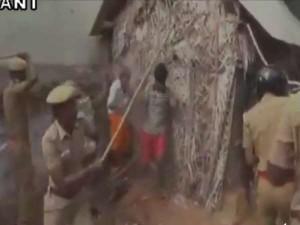 VIDEO: ट्रक से बछड़े उतारने को लेकर भिड़े दो गुट, पुलिस का लाठीचार्ज