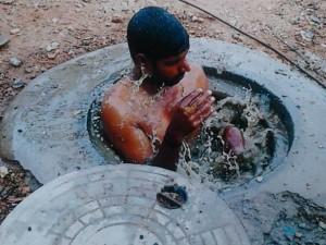 कर्नाटक: अमानवीयता की हद हुई पार, सफाईकर्मी को जबरदस्ती मेन होल में उतारा
