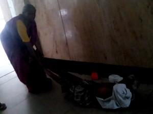 VIDEO: अस्पताल ने नहीं दिया स्ट्रेचर, एक्स-रे रूम तक पति को घसीटकर ले गई पत्नी