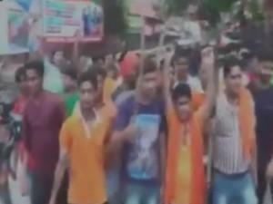 VIDEO: विहिप, बजरंग दल के कार्यकर्ताओं ने प्रदर्शन में लहराए हथियार