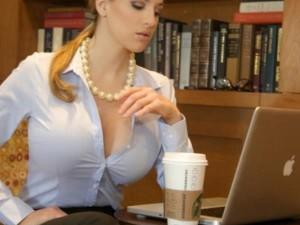 सर्वे: महिला बॉस का क्लीवेज दिखने पर क्या सोचते हैं ऑफिस एंप्लॉई