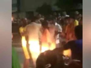 VIDEO: गाड़ी टकराने पर कावड़ियों ने पुलिसकर्मी को पीटा