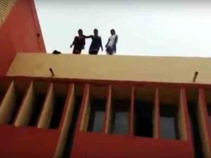 गाजियाबाद: कॉलेज की छत पर चढ़कर 3 छात्राओं ने क्यों दी आत्महत्या की धमकी