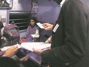 टीसी ने युवक से स्टेशन पर ठगे 600 रुपए, एक हफ्ते बाद खुद लौटाने पहुंचा घर