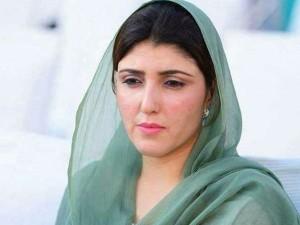 पाकिस्तान में अब महिला सांसद आएशा गुलालाई पर फेंके गए अंडे और टमाटर