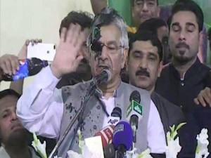 पाकिस्तान के विदेश मंत्री ख्वाजा आसिफ के चेहरे पर फेंकी काली स्याही