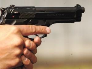 भारी पड़ा बंदूक का शौक, गलती से अपने ही प्राइवेट पार्ट पर चल गई गोली