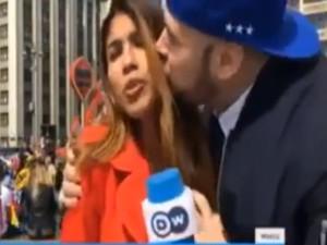लाइव रिपोर्टिंग के दौरान इस शख्स ने महिला पत्रकार को किया किस, VIDEO वायरल