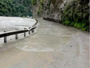 हिमाचल प्रदेश: कुल्लू में भारी बारिश से बाढ़ जैसे हालात, दिक्कत में लोग