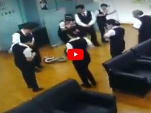 VIDEO: बैंक में मीटिंग के दौरान छत से गिरा 5 फुट का अजगर, देखिए फिर क्या हुआ...