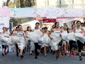 जब गाउन उठाकर सड़क पर दौड़ने लगीं दुल्हनें, जानिए इस अनोखे रेस के बारे में, Pics..