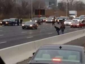 VIDEO: सड़क पर हुई नोटों की बरसात, उठाने के लिए मची होड़