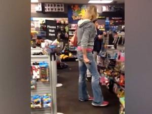 'मैम' की जगह 'सर' कहना पड़ा भारी, दुकानदार से भिड़ी महिला ट्रांसजेंडर, VIDEO हुआ वायरल