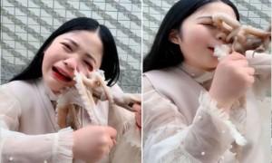 Live शो में जिंदा ऑक्टोपस को खाने लगी लड़की, लेकिन उल्टा पड़ा दांव, देखें Video