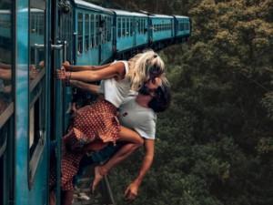 इंस्टाग्राम फोटो के लिए कपल ने पार की सारी हदें, चलती ट्रेन में बाहर लटककर किया Kiss