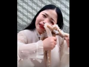 लाइव वीडियो में महिला ने की ऑक्टोपस को जिंदा खाने की कोशिश तो हुआ ये हाल