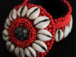 Red Cowrie Shells: पैसे को चुंबक की तरह खींच लाती है लाल कौड़ी
