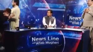 Video: पाकिस्तान में लाइव टीवी शो में पीएम इमरान की पार्टी के नेता ने जर्नलिस्ट को पीटा