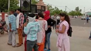 भरतपुर विवि प्रशासन-स्टूडेंट्स आमने-सामने, छात्राओं के साथ हुए अभद्र व्यवहार के बाद माहौल तनावपूर्ण