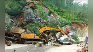 उत्तराखंड में पहाड़ ढहने से बद्रीनाथ हाईवे तबाह, जेसीबी मशीनें दबीं, 2 हजार से ज्यादा लोग फंसे