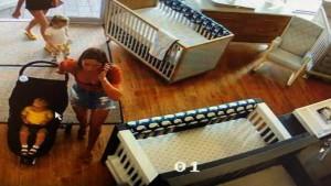 VIDEO: दुकान से 300 डॉलर का सामान चोरी कर भागी महिला, स्टोर में भूल आई अपना ही बच्चा