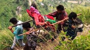उत्तराखंड: अस्पताल ले जाने के लिए मरीज को कंधे पर लादकर 25 किमी चले पैदल