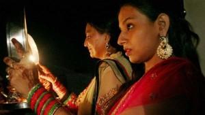 Karwa Chauth 2019: हाथों में पूजा की थाली... आई रात सुहागों वाली...