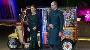 Video: पाकिस्तान में ऑटो से डिनर वेन्यू तक पहुंचे प्रिंस विलियम और केट मिडिलटन