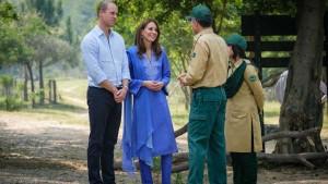 पाकिस्तान पहुंचे ब्रिटेन के प्रिंस विलियम और केट मिडिलटन, सूट और दुपट्टे में नजर आईं शाही बहू