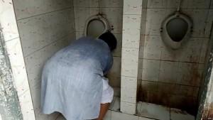 MP: महिला कर्मचारियों की शिकायत सुनकर उर्जा मंत्री ने की गंदे टॉयलेट की सफाई, देखिए VIDEO