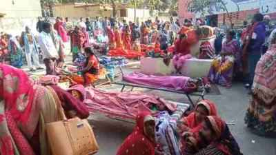 chandauli news in hindi: women lie down under the open sky after the operation