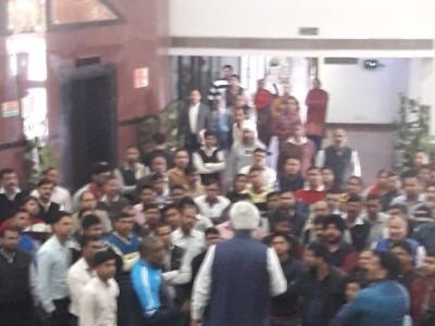 दिल्ली: कर्मचारियों ने मंत्री को घेरा, भीड़ ने कहा मारो