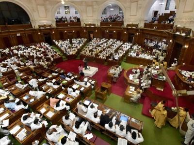 मीडिया पर बैन के बाद यूपी विधानसभा में जबरदस्त हंगामा