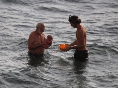 PICS: महिला ने बीच समुद्र में बच्चे को दिया जन्म