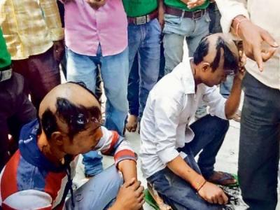 रंगे हाथ पकड़े गए युवकों का सिर मुंडवाकर गांव में घुमाया