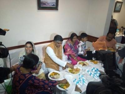 रविशंकर प्रसाद ने दलितों के साथ होटल में खाया खाना