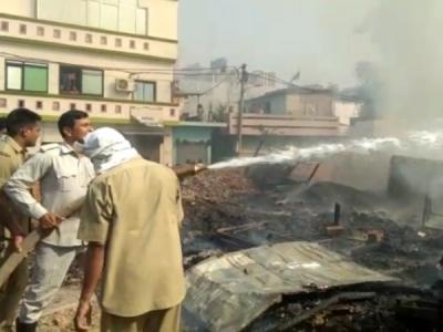 लखनऊ: झोपड़पट्टियों में लगी भीषण आग, मासूम की जलकर मौत