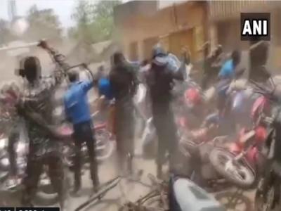 VIDEO: टीएमसी और भाजपा कार्यकर्ताओं पर लाठीचार्ज